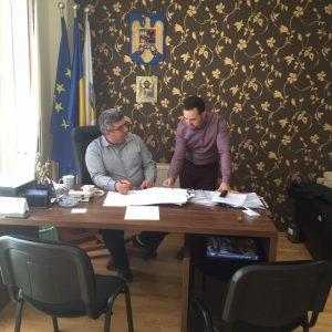 Primarul Ioan Florin Mureșan și unul dintre colaboratorii săi. Foto: Știri din Baciu