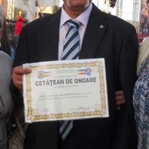 Altman cu diploma de Cet. de onoare. Singur