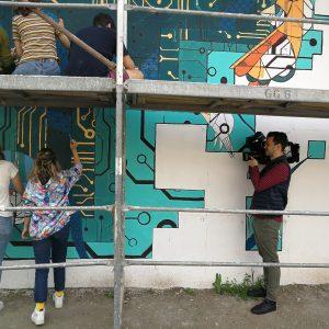 Elevi pictând, filmați de cameramanul PRO TV